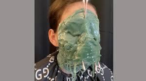オランダの理髪店が美容法「顔面ワックス」