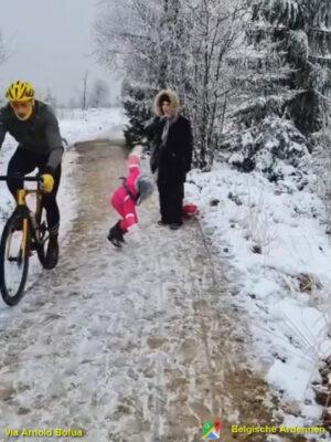 前を歩く5歳女児を膝蹴りしたサイクリスト