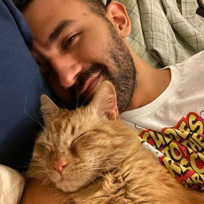 ハビエル・ネグレテ(Javier Negrete)とネコのカーミット(Kermi)