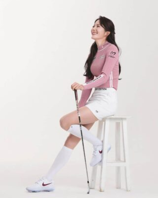 白い肌にぴったりなピンクのゴルフウエア姿チョン・ジユ