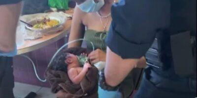 へその緒ついた赤ちゃんを店の客に預けた14歳母逃げる様子の動画!