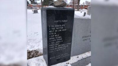 「ケイズ・ファッジ」のレシピが刻まれた墓石。
