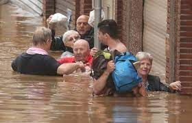 ベルギーでまた豪雨、多数の自動車が濁流に押し流される