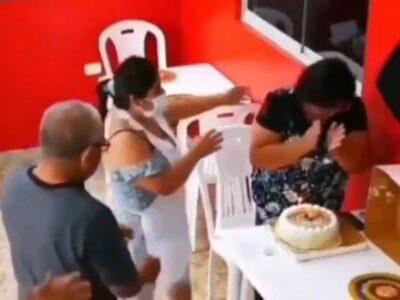 1人で誕生日を祝う女性をレストラン従業員がサプライズ