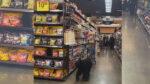 野生のクマが買い物客に交じって店内を練り歩く(米)