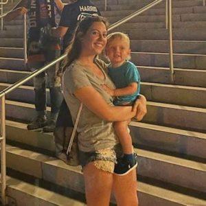 メジャーリーグサッカーの試合に乱入した2歳息子をスライディングで捕まえる
