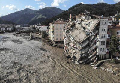 トルコ北部の黒海沿岸地方を襲った11日の豪雨に伴う洪水